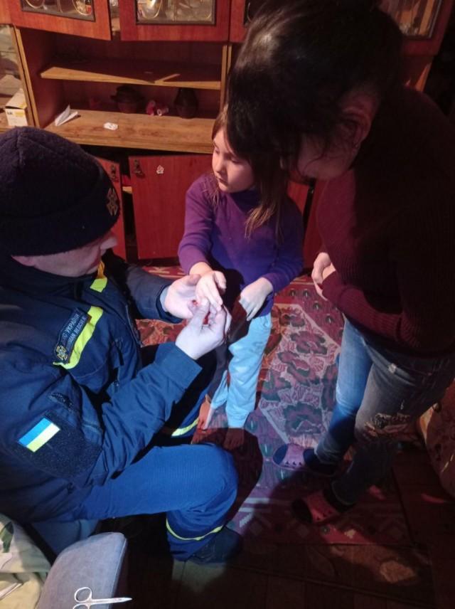 Світловодськ: рятувальники допомогли вивільнити палець дитини з іграшкового телескопу